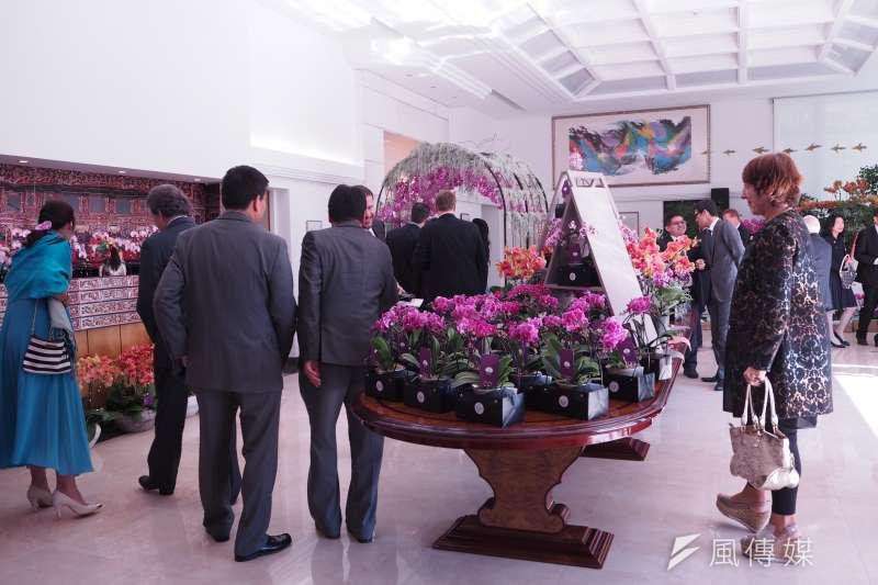 20171011-各國大使與日內瓦當地政要正欣賞著宴會廳內的蘭花。(尹俞歡攝)