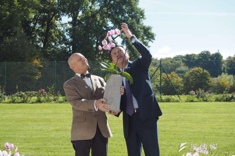 台灣駐世界貿易組織(WTO)大使朱敬一(右)致贈蘭花給日內瓦邦議會議長Eric Leyvraz(左)。(資料照,尹俞歡攝)