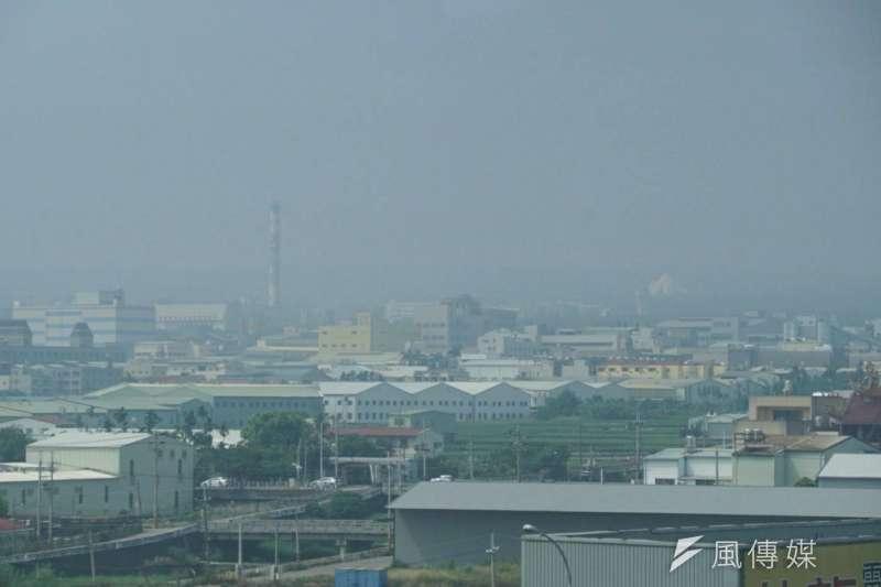 東北風增強,今天清晨西半部低溫只有攝氏20度左右,此外,受到境外污染物移入影響,全台空氣品質不良。(盧逸峰攝)