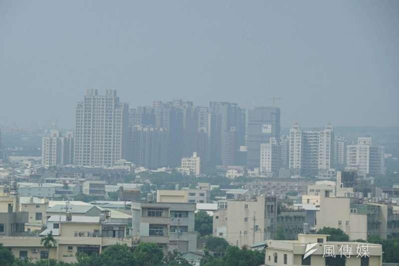 台中地區霧霾嚴重,空氣品質不佳。台中市府表示,已啟動應變措施,除聯絡大型工地加強道路清洗外,也提醒民眾避免午後在戶外長時間劇烈活動。(盧逸峰攝)