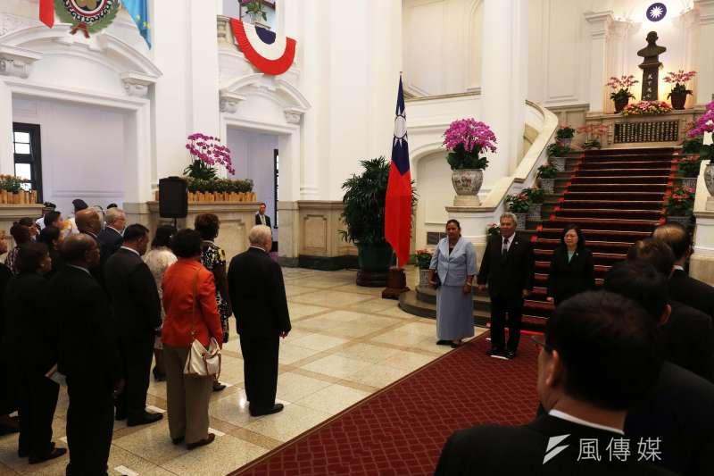 20171013-總統蔡英文下午在府內歡送吐瓦魯國索本嘉總理伉儷。(蘇仲泓攝)