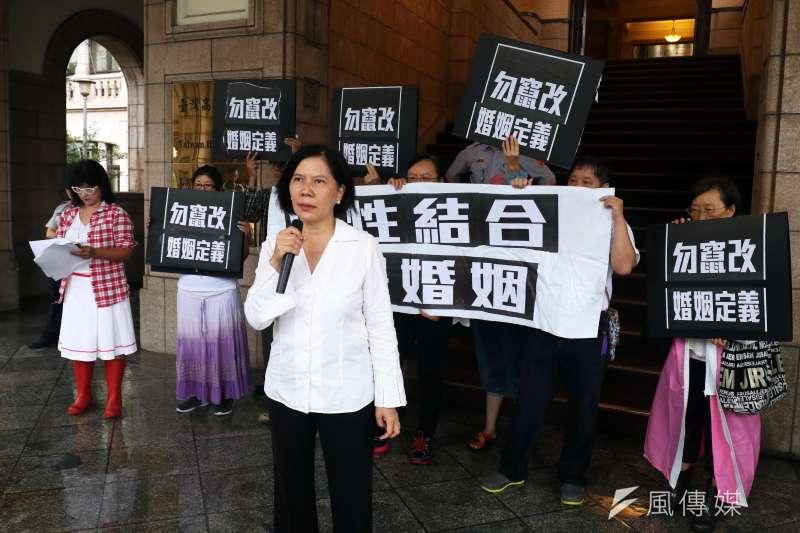 反同婚團體下午在司法院外召開記者會,表示「認可同性別結合關係」會混淆社會倫理秩序。(蘇仲泓攝)