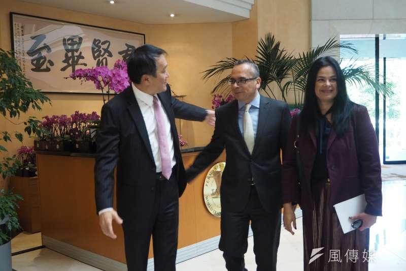 全歐最大的台灣蝴蝶蘭展,台灣駐WTO大使朱敬一歡迎墨西哥大使夫婦。(尹俞歡攝)