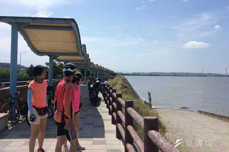 新竹海岸線上,與蔡wqct兩位香港年輕社工萍水相逢。(寇延丁提供)