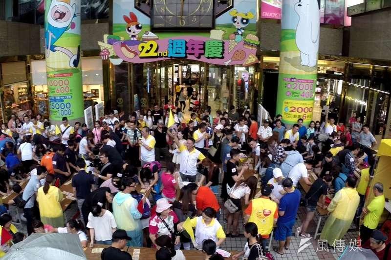 台灣彩券在台中市舉辦今年度首場捐血活動,吸引大批民眾挽袖捐血並參加,場面熱鬧溫馨。(圖/曾家祥攝)