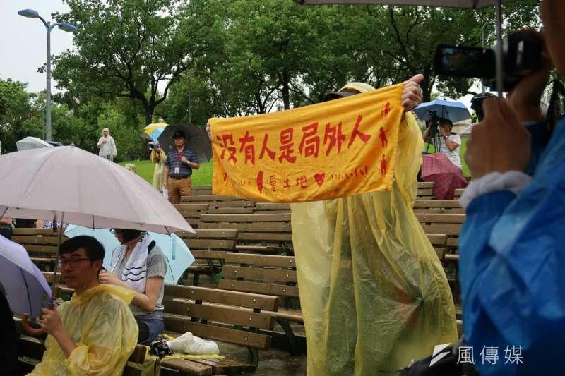 2017-10-15-副總統陳建仁15日出席《貧窮人的台北》植樹儀式,台下民眾高舉「沒有人是局外人」標語。(朱冠諭攝)