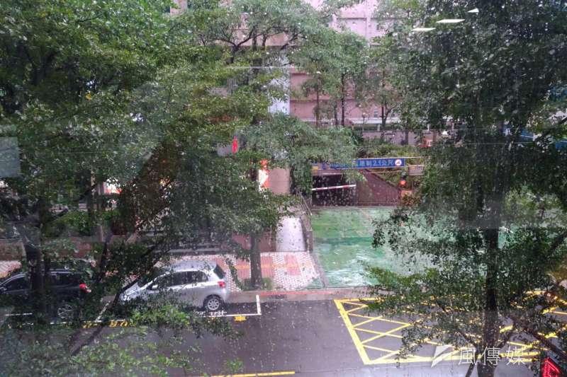 受輕度颱風卡努外圍雲系影響,中央氣象局15日對多個縣市發布豪大雨特報,強調在東半部、恆春半島及南部山區雨勢將最為明顯。(風傳媒)