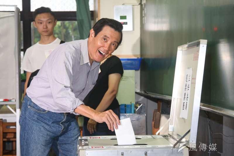 國民黨地方黨部主委選舉結果15日出爐,台北市前民政局長黃呂錦茹直到最後一刻才登記參選,但馬英九、郝龍斌、洪秀柱等黨內重量級人士賣力輔選,最終擊敗強勁對手鍾小平。圖為前總統馬英九投票。(陳明仁攝)