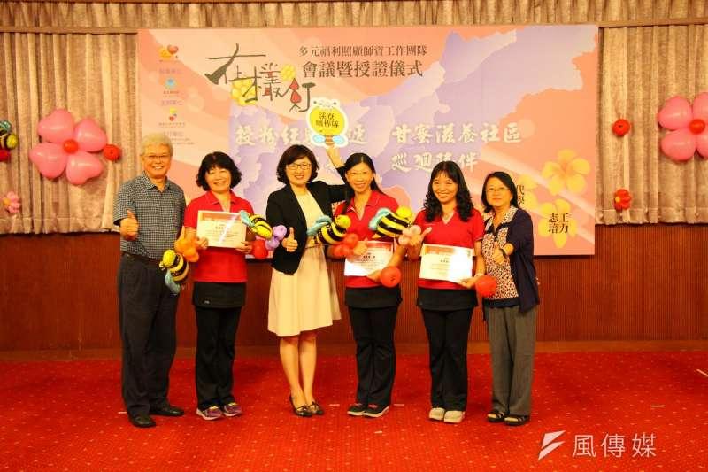 社會局長姚雨靜為「在欉紅」多元福利照顧師資團隊授證。(圖/龔傑森攝)