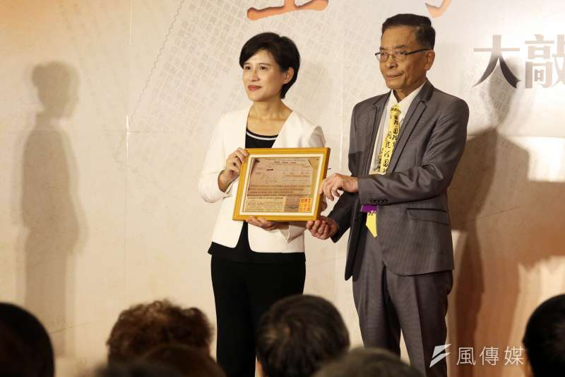 20171017-文化部上午召開「台灣文化日」開幕記者會,會中部長鄭麗君接受由文化界前輩的遺族,所捐贈的文物。(蘇仲泓攝)