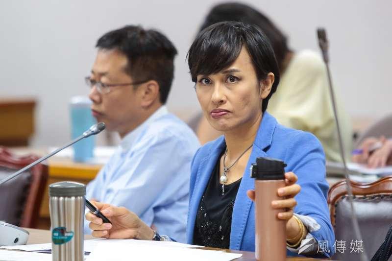 LINE群組最近瘋傳,署名「邱議瑩」的人發言說「你要你老婆讓韓國瑜睡一晚」當報酬?民進黨立委邱議瑩(右)表示,明天統一說明。(資料照,顏麟宇攝)