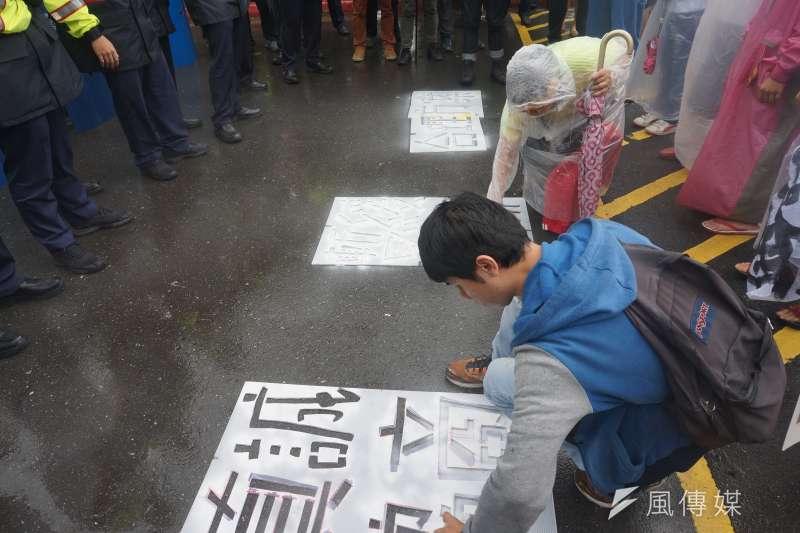 居民於政院前大門口的柏油路上,用噴漆留下「真誠協商」、「暫緩拆遷」、「合理方案」等字樣。(陳子萱攝)