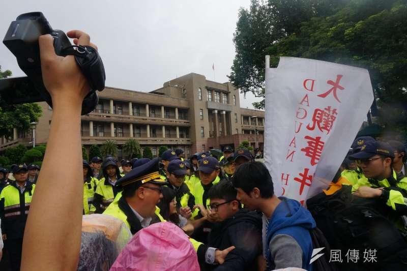 為繼續追問官員,自救會與大批警力發生推擠。(陳子萱攝)