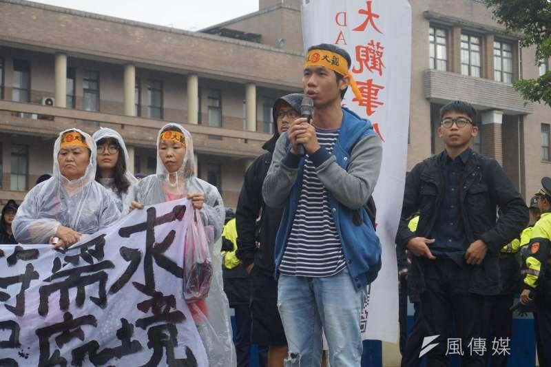 大觀居民黃炳勳表示,官方並無解決居民問題的誠意,退輔會只是一再地想以包租代管的形式進行安置。(陳子萱攝)