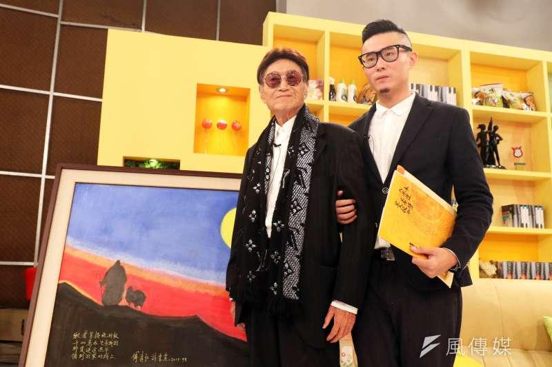 資深體育主播傅達仁(左)的兒子傅俊豪下午陪同父親出席節目錄影,會前兩人在傅達仁的畫作前合影。(蘇仲泓攝)