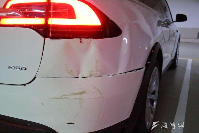 台北市一名車主,在使用特斯拉自動輔助停車時,發生失控擦撞事件。但特斯拉回應,根據公司內系統資料顯示,在意外發生時並無使用自動輔助停車紀錄。(方炳超攝)