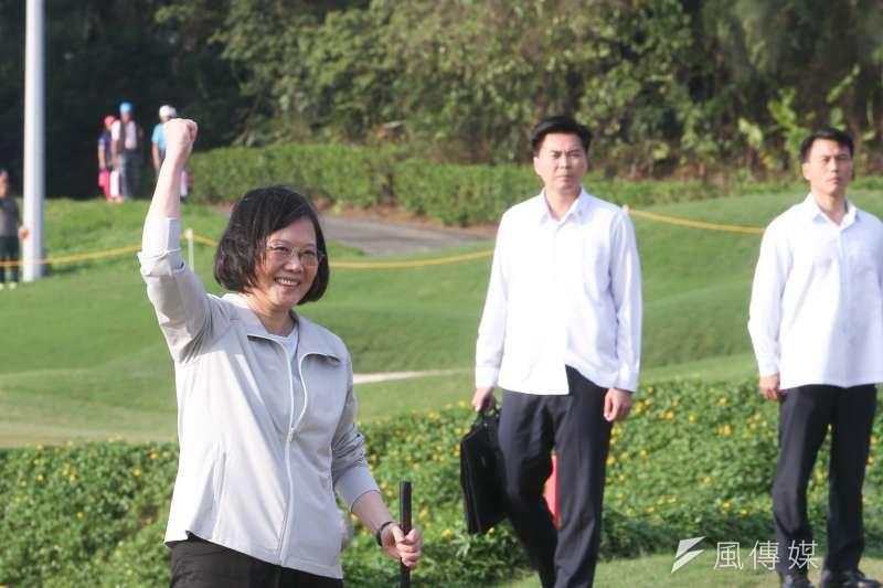 蔡英文總統親臨「2017裙襬搖搖LPGA台灣錦標賽」,由總統府副秘姚人多技術指導,在一桿進洞後,握拳接受現場觀賽民眾喝采。(陳明仁攝)