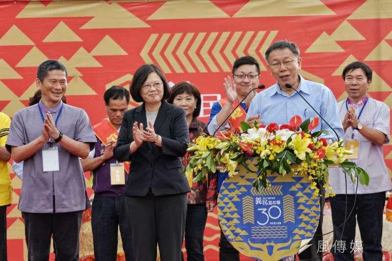 總統蔡英文與台北市長柯文哲22日一同出席台北市政府主辦的「義民嘉年華挑擔踩街」啟動儀式,兩人在活動過程中雖同台但卻完全零互動。(甘岱民攝)