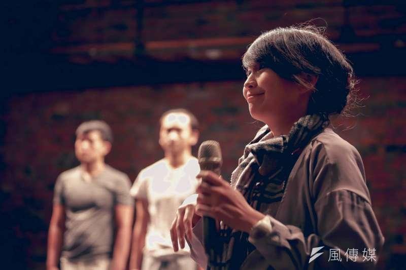 以「參與式」諧音命名的「三語事劇場」演出,主持人引導觀眾分享經驗。(資料照,三語事劇場提供)
