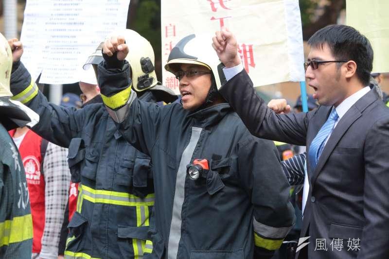 21歲的消防員林永軒死於火場,卻被消防署定義為「因公死亡」,網友批評,「官的命是人命,基層的命...?」(資料照,顏麟宇攝)