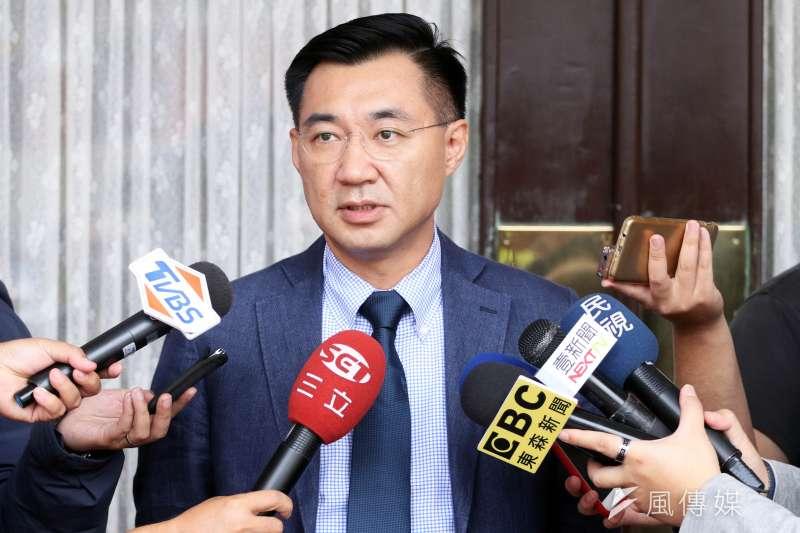 20171024-國民黨委員江啟臣上午在立法院議場外接受訪問。(蘇仲泓攝)