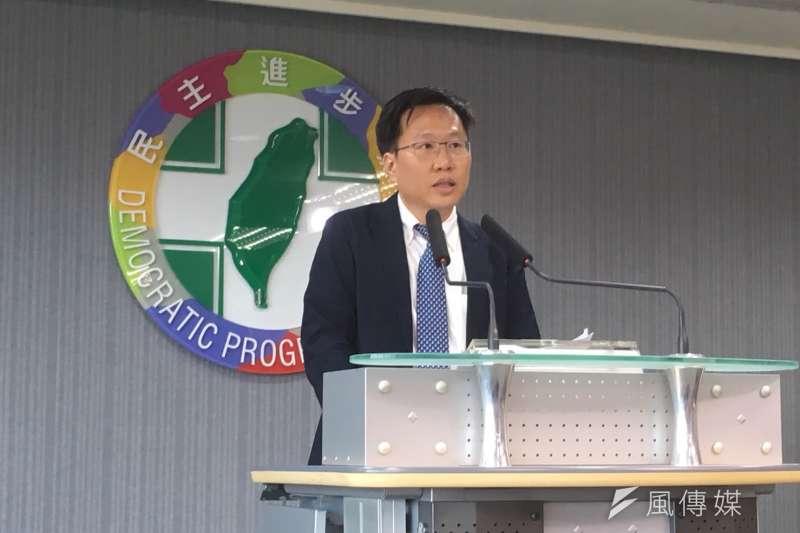 民進黨智庫副執行長陳錦稷今日到民進黨中常會報告以人為本的經濟成長戰略。(顏振凱攝)