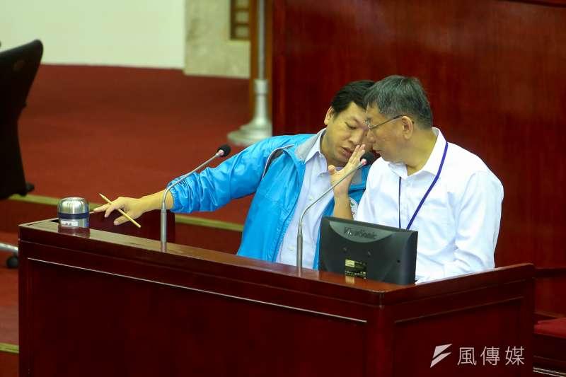 台北市長柯文哲今(25)日到台北市議會作施政及總預算案報告與詢答,議員詢及照顧老人措施,社會局長許立民忙咬耳朵報告。(陳明仁攝)