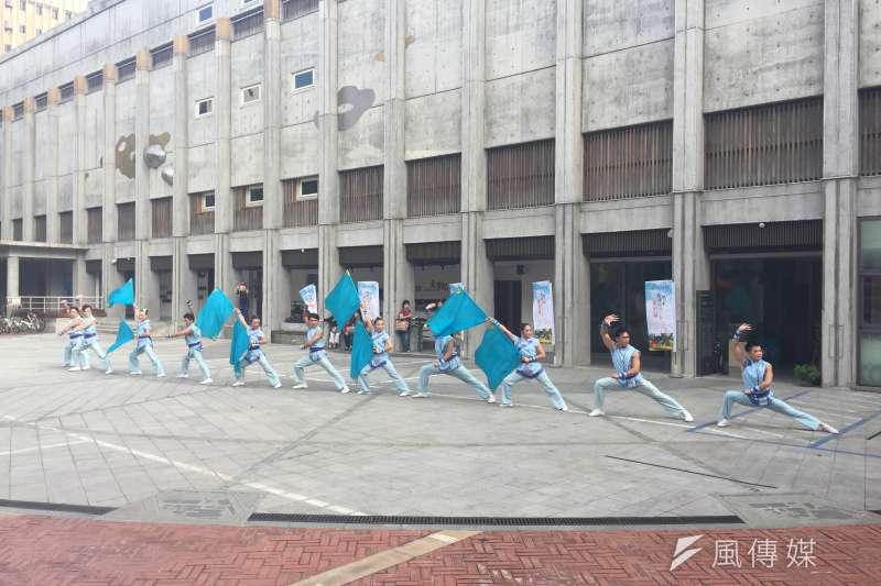 台灣特技團以表演迎接全新卡車入場。(林銘翰攝)