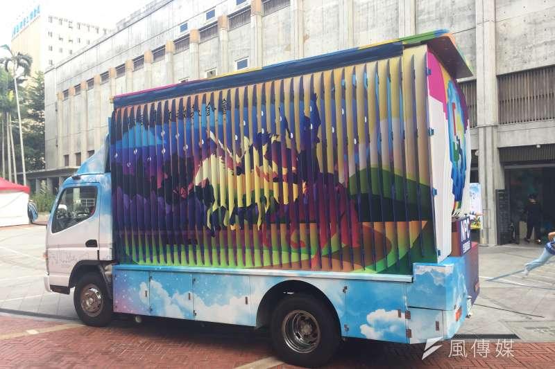 紙風車台灣鄉村卡車以3D立體效果呈現出白天、黃昏到夜晚的特效。(林銘翰攝)