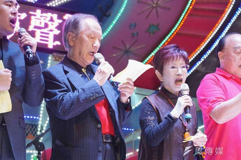 為慶祝台灣光復,泛藍社團於25日在立法院群賢樓旁舉辦「光復新歌聲─慶祝台灣光復72週年街頭演唱會」,國民黨前主席洪秀柱(右)、新黨黨主席郁慕明(左)皆出席。(盧逸峰攝)