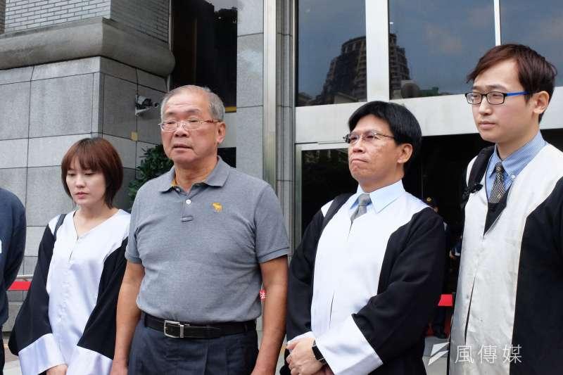 最高法院辯論庭25日再審蘇炳坤(左二),律師劉佩瑋(左一)、高涌誠(右二)、任君逸(右一)陪同出席。(謝孟穎攝)