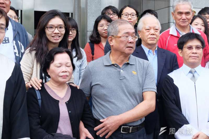 20171025-最高法院辯論庭再審蘇炳坤(左二),其妻子(左一)陪同出席。(謝孟穎攝)