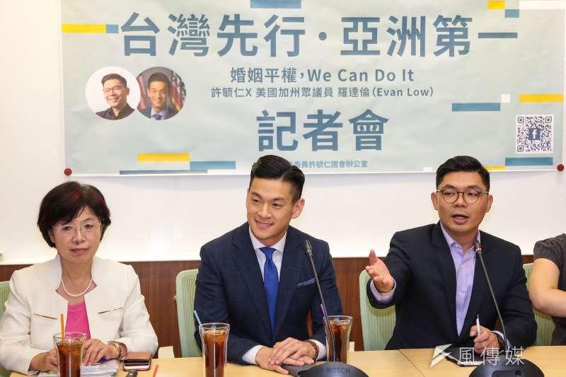 國民黨立委許毓仁26日於立院召開「台灣先行亞洲第一,婚姻平權 We Can Do It」記者會,並邀請美國加州眾議員羅達倫(Evan Low)(圖中)出席。(顏麟宇攝)