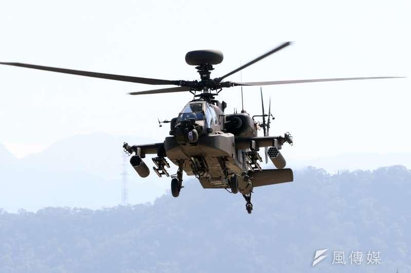 明年國防預算編列陸軍旋翼機零件採購維保費用達14億4340萬元,其中阿帕契攻擊直升機部分就高達9億2000萬元,占整體的63.7%。圖為AH-64E阿帕契攻擊直升機進行動態操演。(資料照,蘇仲泓攝)