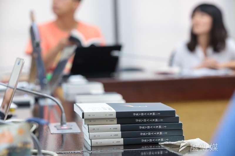20171026-十三姨KTV殺人事件作者張娟芬26日出席「生命的向望:死刑冤案鄭性澤再審宣判」記者會,並將其著作帶至現場。(顏麟宇攝)