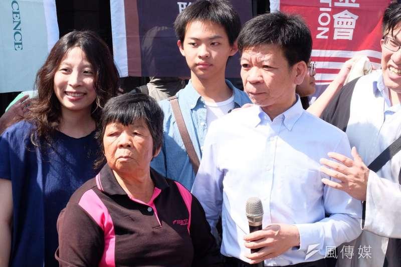 鄭性澤(右)獲判無罪結束15年冤獄夢魘重回自由,他說想做的事只有一個:孝順。圖為鄭性澤母親(左)與鄭性澤(右)。(謝孟穎攝)