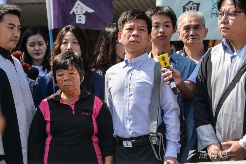 鄭性澤案獲判無罪,聲援的人權團體在台中高分院前開記者會,鄭的母親(左)也一併出席。(甘岱民攝)