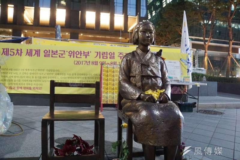 首爾日本駐韓大使館外的慰安婦少女像。(李忠謙攝)