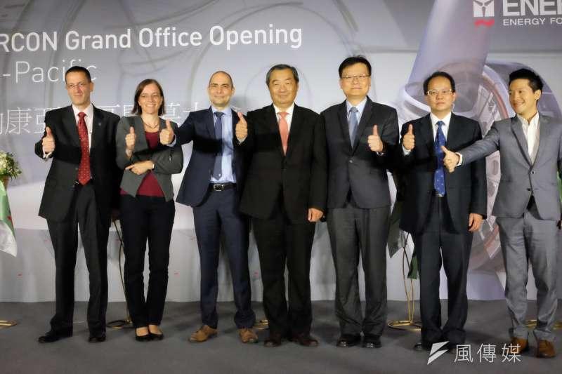 艾納康台灣總公司董事總經理黎森(Bart Linssen,左三)表示,艾納康風機產量每年1600架,除了。(尹俞歡攝)