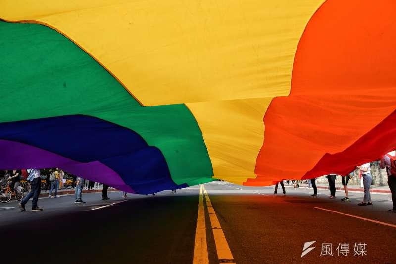 法國人權大使克羅凱特強調,同婚議題核心是平等。圖為台灣同志遊行的巨幅彩虹旗(甘岱民攝)