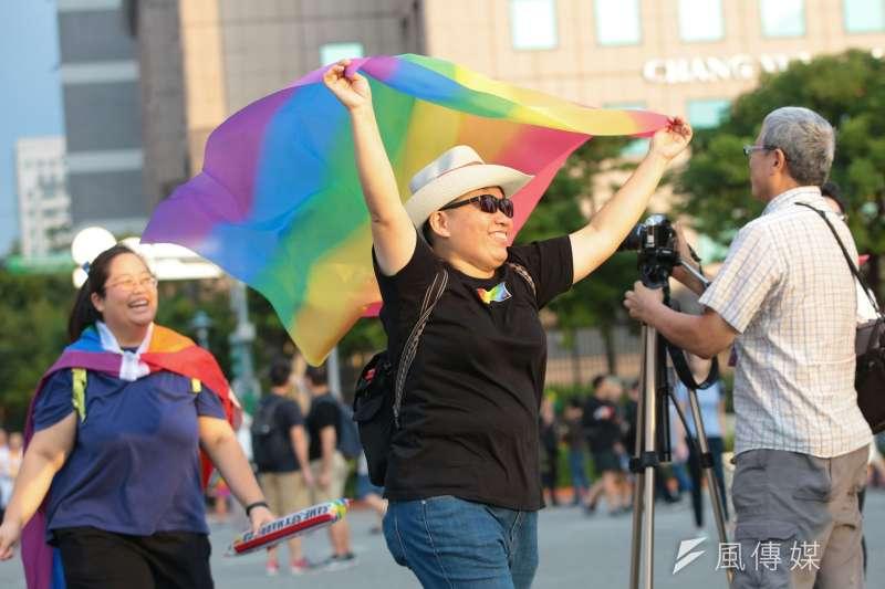 20171028-2017同志大遊行於28日盛大開幕,民眾開心舉著彩虹旗。(顏麟宇攝)