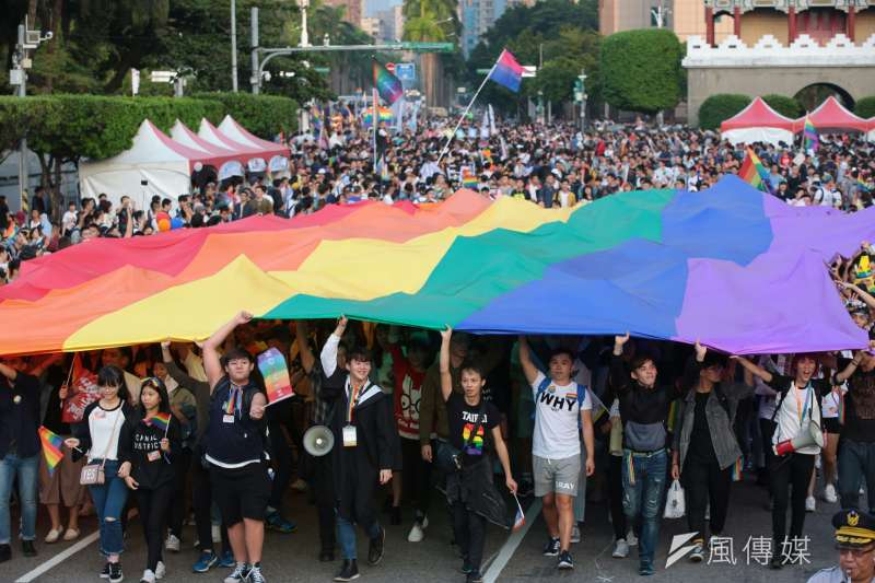 20171028-2017同志大遊行於28日盛大開幕,現場民眾一同舉著彩虹旗。(顏麟宇攝)