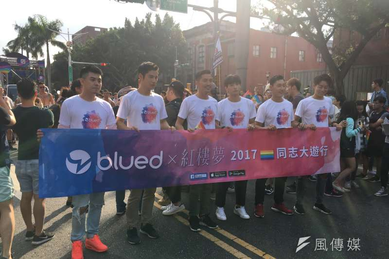 電影《紅樓夢》演員群也到場支持同志族群,也準備限量1千份《紅樓夢》的聯名罐水及扇子,發給遊行朋友。(黃宇綸攝)