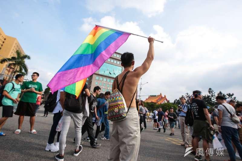 日前有網友提案,表示為防止愛滋病傳播,政府應拒絕曾有同性性行為者捐血,對此主責機關衛福部於12日回應,指出不論同性或異性性行為都有感染愛滋可能。圖為日前同志大遊行。(資料照,顏麟宇攝)