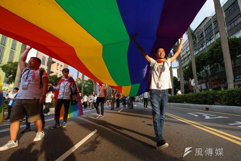 婚姻平權公投雖然募到1百萬份公投連署書,但不代表同志婚姻就走上康莊大道,圖為台灣同志遊行,北路線行經仁愛路。(顏麟宇攝)