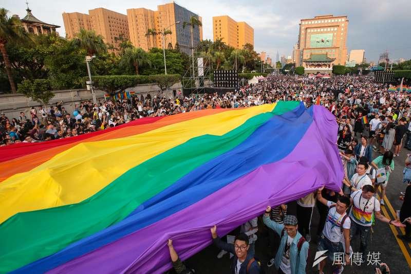 20171028-2017台灣同志遊行,西路線隊伍於遊行結束後拉著巨型彩虹旗步入凱道會場。(顏麟宇攝)