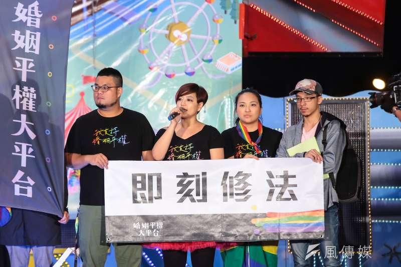 圖為婚姻平權大平台總召集人呂欣潔於2017台灣同志遊行晚會活動上發言。(顏麟宇攝)