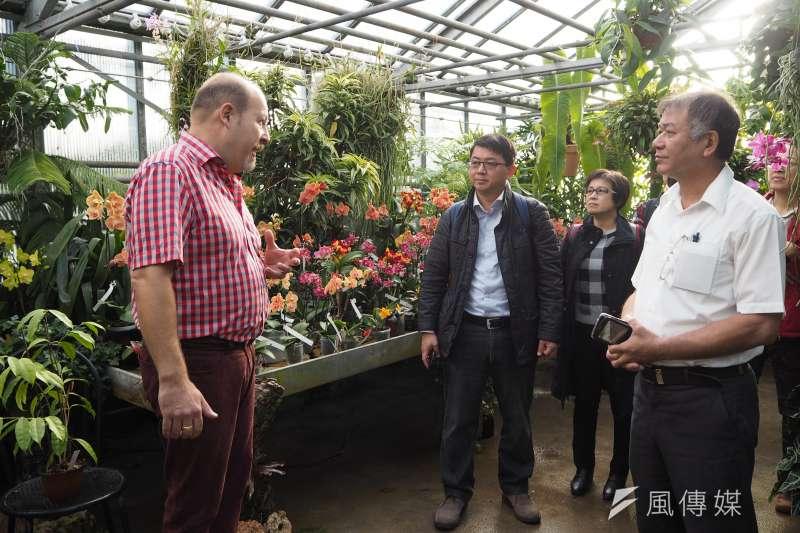 Orchidarium蘭園主人丹尼爾(Daniel Page)帶領蘭協及台糖觀賞蘭園,他細數台灣蘭花的好處,指出台灣的蘭花種類多、花株品質高,而且進口文件齊全,又不帶有許多病毒,就算與其他蘭花放在同一溫室裡催花,也不會出狀況。(尹俞歡攝)