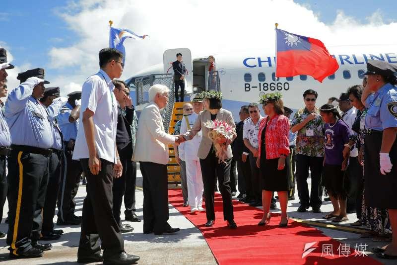 蔡英文總統抵達馬紹爾群島共和國,由馬國總統海妮(Hilda C. Heine)迎接。(總統府提供)