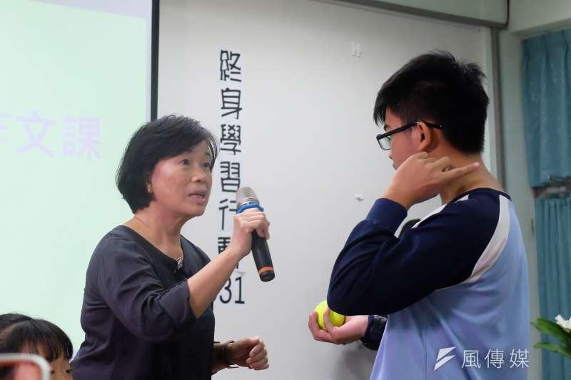 潮州國中「龍應台的作文課」,作家龍應台親身上課,和學生討論「貧窮」的成因。(謝孟穎攝)
